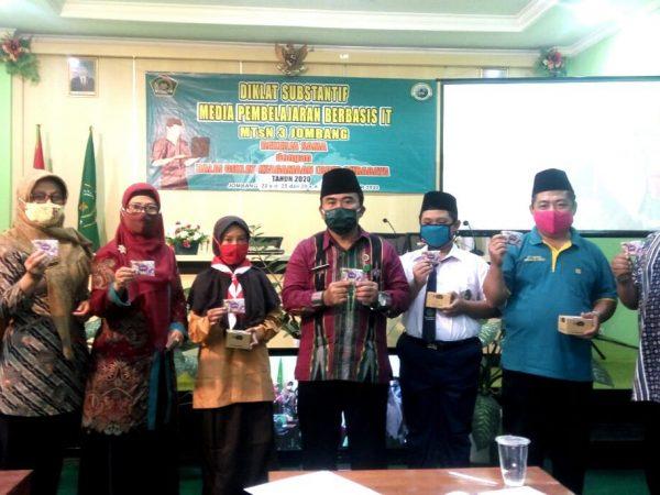 MTsN 3 Jombang Bagikan Bantuan Kartu Perdana untuk Kuota Belajar
