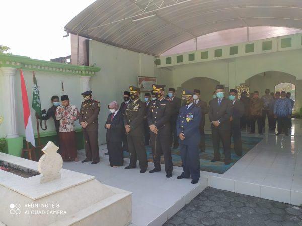 Bupati Jombang dan Keluarga besar MTsN 3 Jombang Peringati Hari Pahlawan di Makam KH. Abdul Wahab Hasbullah